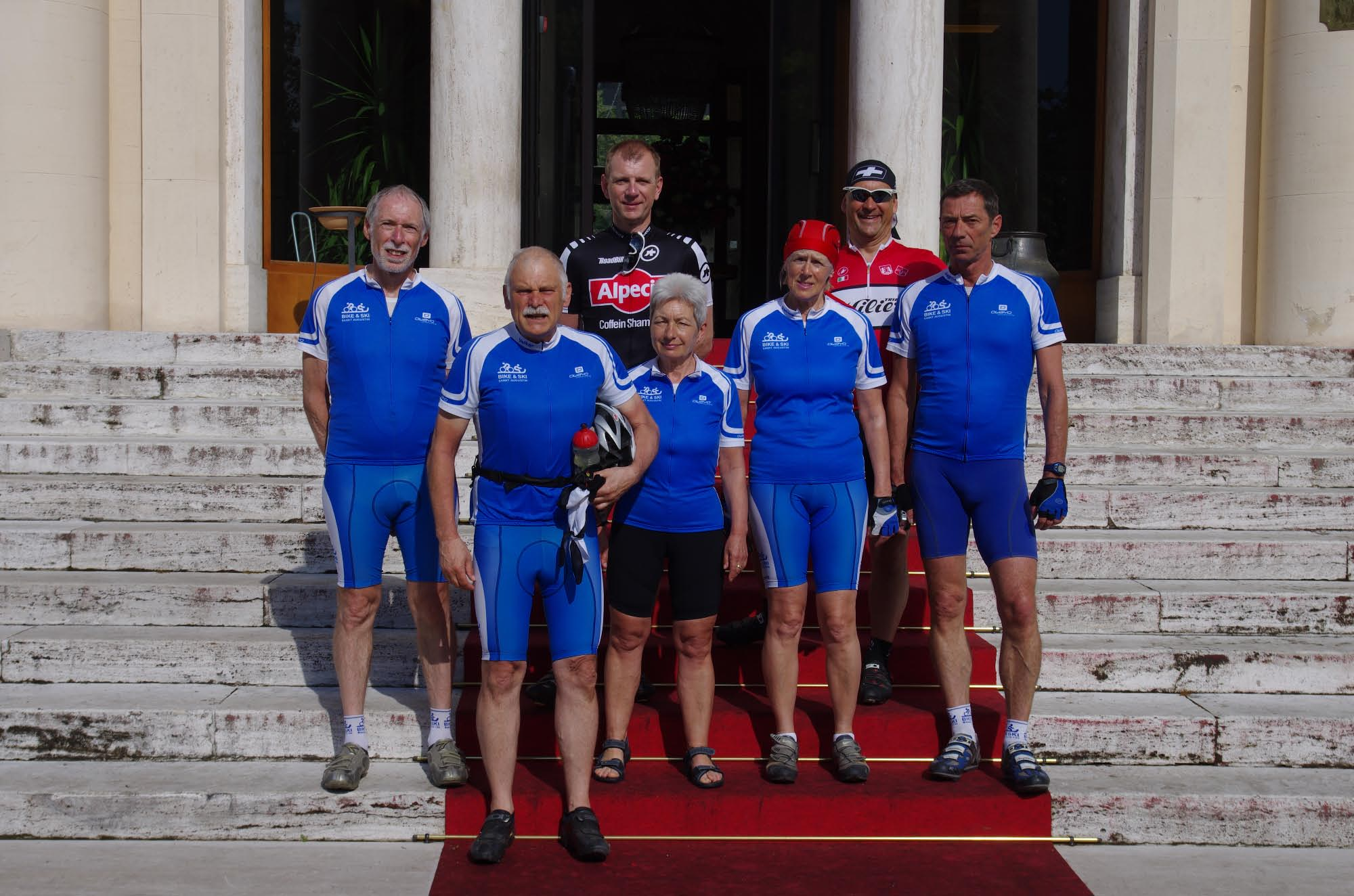 Mitglieder des Vereins vor dem Hotel