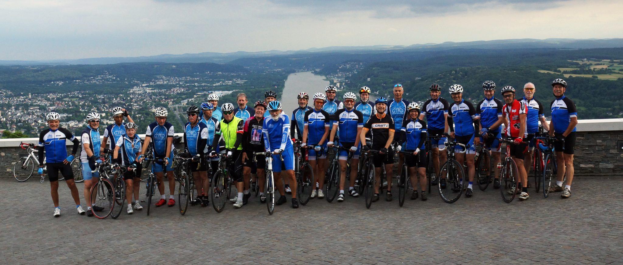 Radfahrer beider Vereine am Drachenfels mit Blick auf den Rhein